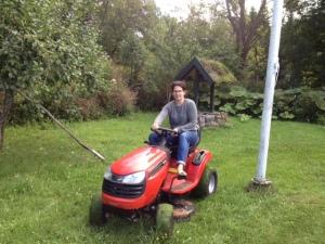 Maria klipper gräs